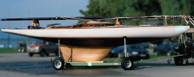 Boot auf Hafentrailer